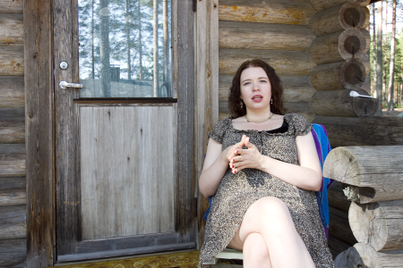 Viime kesänä Anna Kontula valmisteli uutta kirjaansa ja vietti viimeiset kesälomapäivänsä Suolahdessa ja Kangaslammilla.