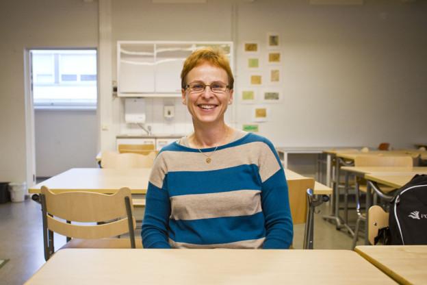 Luokkahuone ammottaa tyhjyyttään, kun Tarja Huttunen patistaa opiskelijat ylös pulpeteista etsimään tietoa opittavista aiheista elävästä elämästä. Terveystietoon tämä ajatusmalli soveltuu helposti.