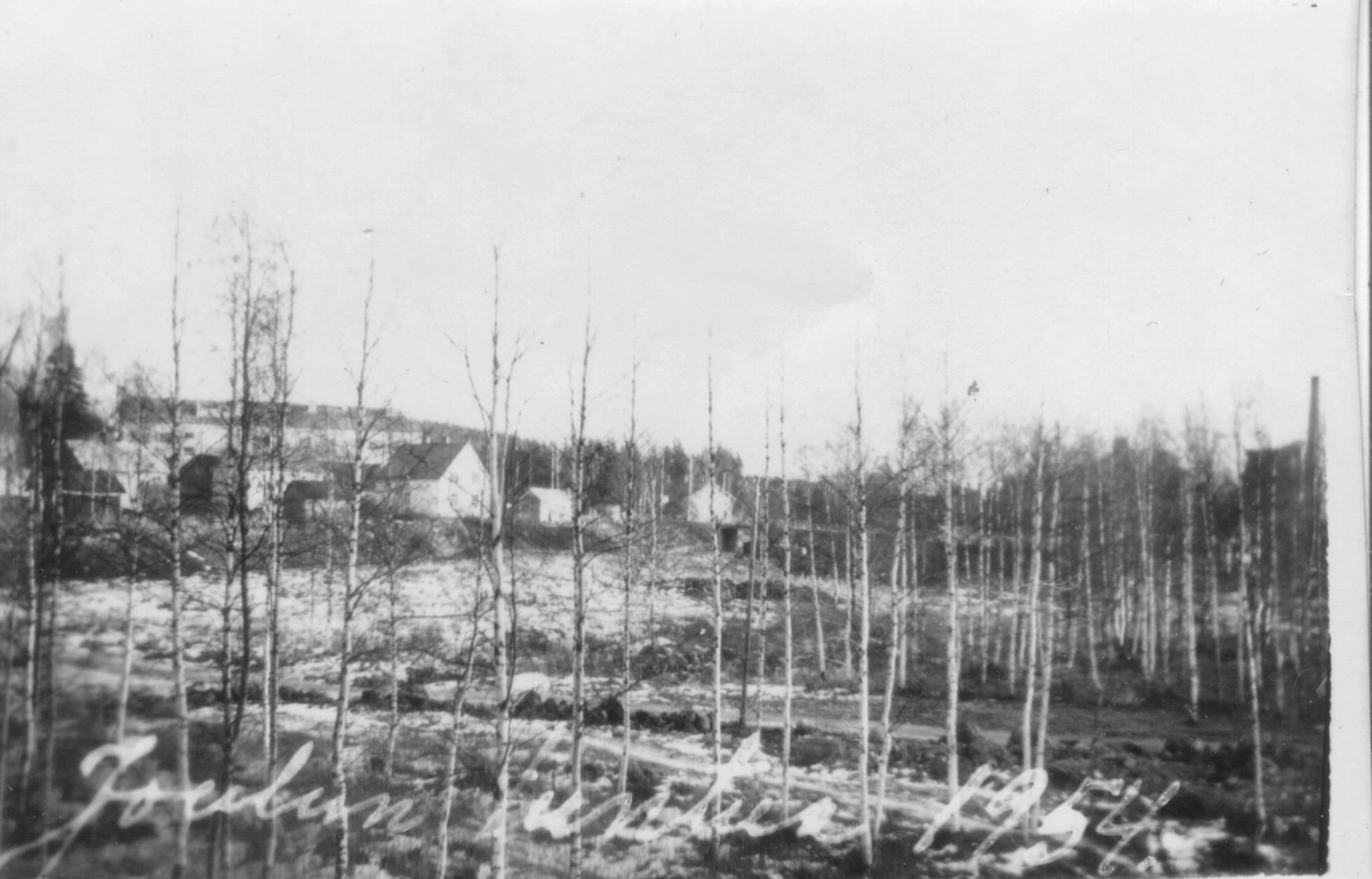 """Lättälän rakentaminen oli nopsaa, sillä vielä """"joulun tuntua 1954"""" –kortissa Lättälän paikka oli  suoryteikköä. Taustalla näkyvät Päivölä ja aivan keskellä Soihtusillan takana häämöttää Kuntala.  Toisessa kuvassa näkyy hyvin, miten Lättälän rakentaminen toi myös Työskin alapuolella olevan junaseisakkeelle uuden kulkuväylän.  Ennen Lättälää oli pitkän marmatuksen aiheena sateella erityisen liukas savinen nousu seisakkeen """"kuopasta""""  keskustaan päin, ja vielä portaiden tultuakin niiden alkupää oli paljon ylempänä kuin seisake."""