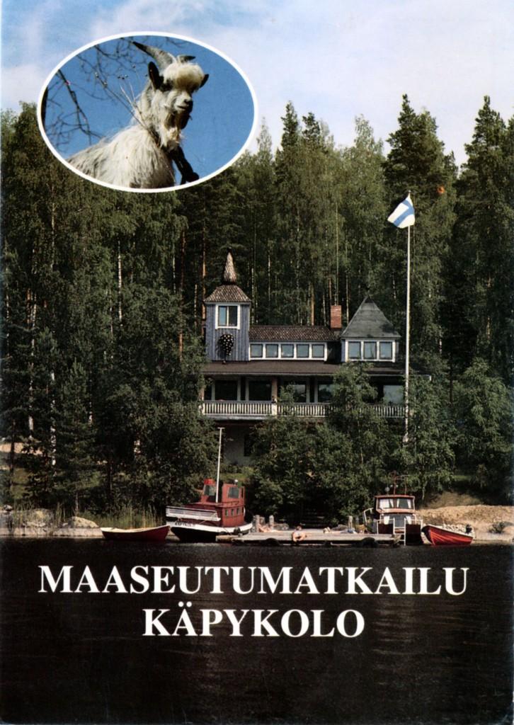 """Maatilamatkailumielessä painettiin 1994 tämä kortti, jossa tarkkaavainen huomaa """"Käpykolo""""-nimisen laivan. Alun perin se kuljetti Käpykoloon väkeä """"Veera""""-nimisenä, kun kiistelty silta pengerryksineen ei vielä ollut valmistunut. Tämän postikorttikuvan takana on RINO-kuva Oy. Samaa kuvaa käytettiin alunperin kunnan ilmeisesti 1980-luvun vaihteessa painattamassa """"Konginkangas""""-3kuvakortissa, jossa muut kuvat ovat Pohjoishiekan juhannuskokosta ja mökkirannan lapsista."""