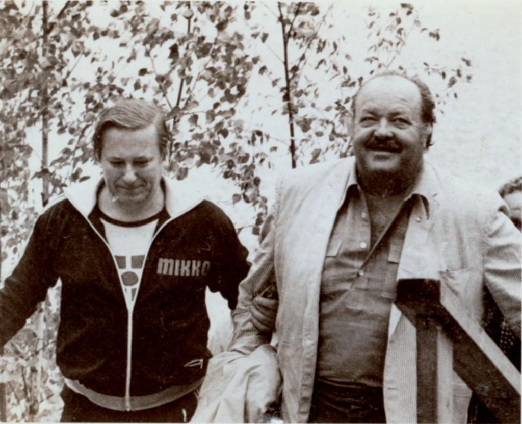 """Käpykolo oli alkuaikoina varsinainen turistikeskus – Niskasen omienkin sanojen mukaan – yhtenä juhannuksena saapui Käpykoloon myös James Conrad, paremmin tunnettu tv-sarjasta """"Cannon""""."""