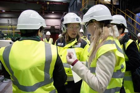 Tehtaanjohtaja Camilla Wikström esitteli sellutehtaan toimintaa kansanedustajaehdokkaille alkuvuodesta.