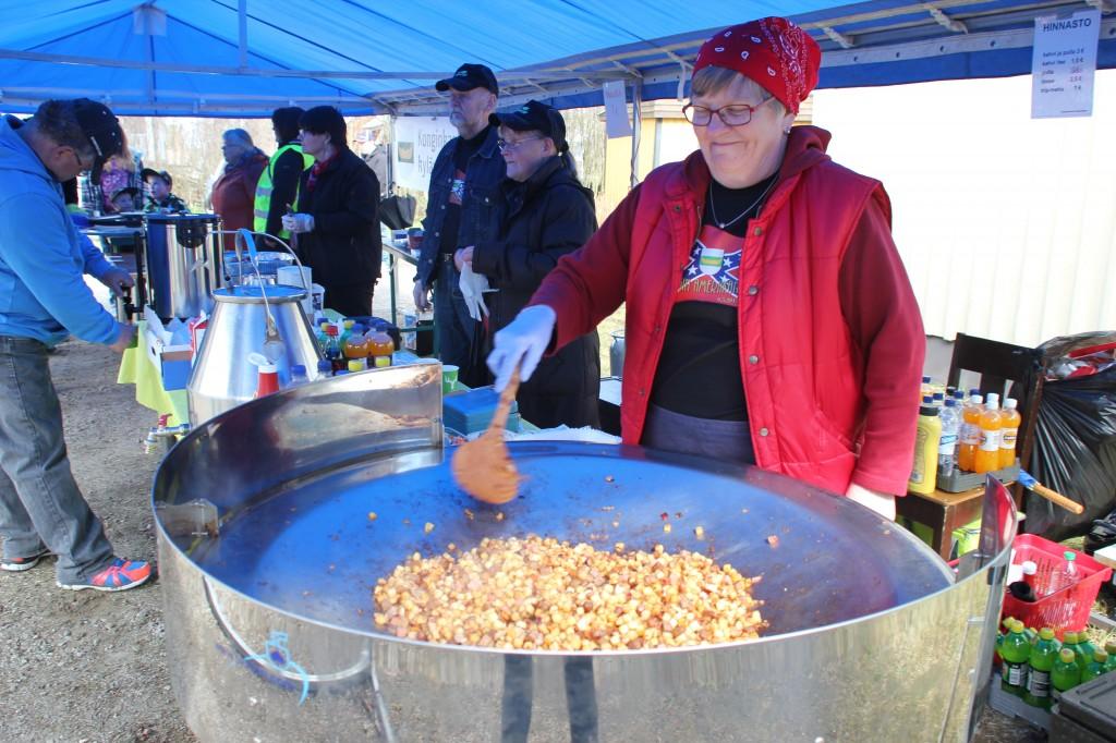 KOnginkankaan kyläyhdistys tarjoili nälkäisille kahvia, pullaa ja pyttipannua.