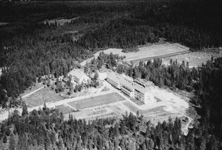 Sisä-Suomen sairaala on Suomen ensimmäinen  B-mielisairaala. Se avattiin 20.3.1953. Siis jo ennen Keski-Suomen Keskussairaalaa (1954).  Miehet asuivat alhaalla, naiset yläkerroksessa. Henkilökunnalle valmistui samana vuonna asuntola, joka on päärakennuksesta etuoikealla.  Sitä ennen henkilöstö asui Tallilan päärakennuksessa.  Tässä kuvassa nelikerroksinen 116-paikkainen ensimmäinen sairaalarakennus on vielä yksin.