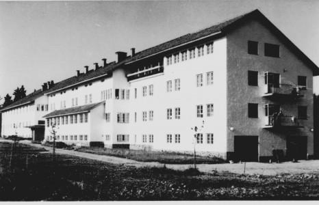 Kukapa muu kuin Albin Aaltonen näppäsi tämän korttikuvan Sisä-Suomen sairaalasta. Oletettavasti kuva on jo 50-luvun puolelta. Aaltosella on tästäkin aiheesta useampia kuva, joita on löytynyt kulkeneina 1962-1970.  Silti niitä ei juuri missään tapaa. Nykyisin tässä rakennuksessa on Tyynenkoti vasemmalla ja oikealla Toivonkoti. Taaimmaisessa sitten Tiinan ja Taunon kodit.