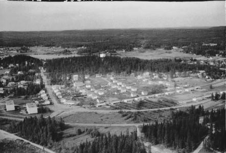Tämä Karhumäen ilmakuva  (no 19724) vuodelta 1968 on hyvin harvinainen. Suolahden kauppala lahjoitti maa-alueen,  johon rakentui vauhdikkaasti 1965-67 Riihijärvenkadun 8-12 kolme kerrostaloa (nyk. Riihenhovi A-B ja Riihenpuisto), joista vasemmalla näkyy kaksi. Suojarinteen henkilökunnalle tarkoitetut kerrostalot viitoittivat sittemmin kolmen muun kerrostalon rakentamista  jatkona keskustaan päin. Suojarinteen väelle rakennettiin vielä 1967-71 Riihijärvenkadun (37-46) loppupäähän kuusi punatiilistä omakotitaloa.