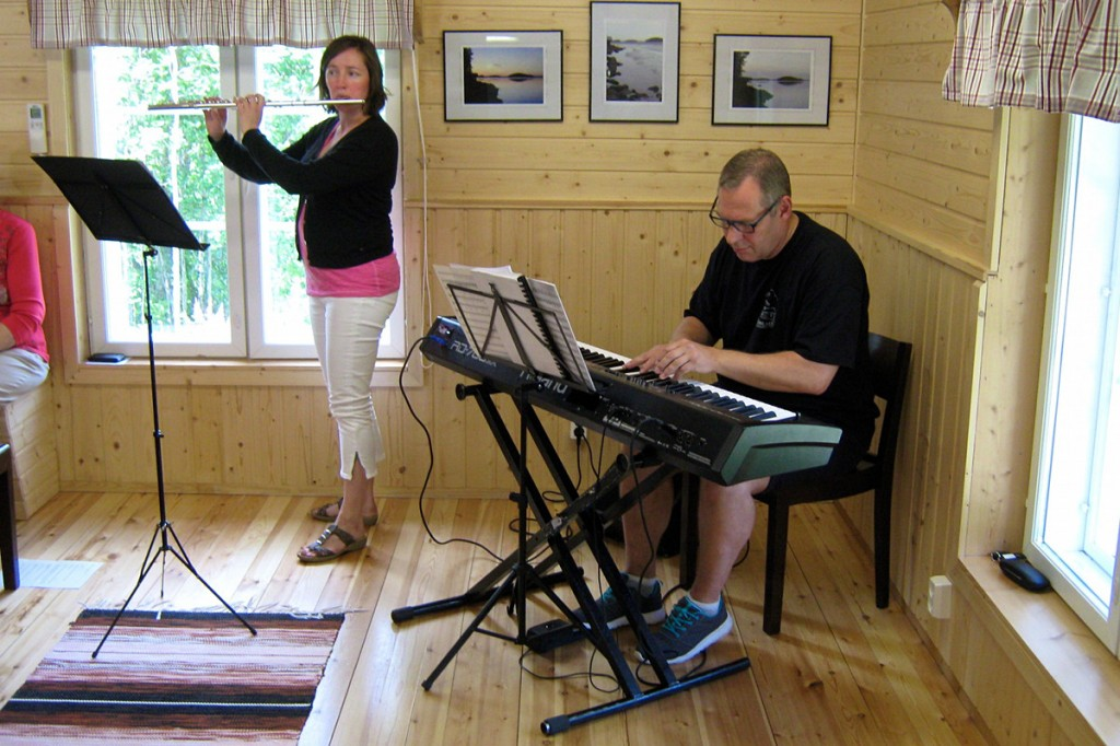 Kati Lahdensivu ja Hannu Simoinen vastasivat avajaisten musiikkipuolesta. Lopuksi koko tupa lauloi seisaaltaan kotiseutulaulun.