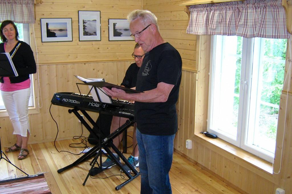 Erkki Kumpulainen lauloi erään kesäasukkaan luoman Riihiniemen valssin, jonka Hannu Simonen sovitti avajaisia varten.
