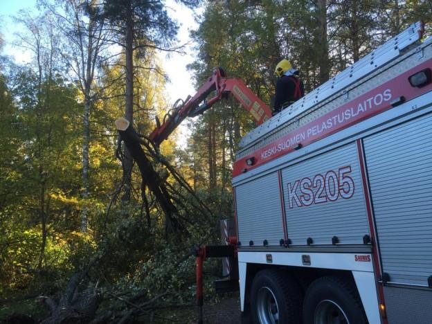 Muun muassa Kirkonmäellä korjattiin myrskytuhoja lauantaiaamuna.
