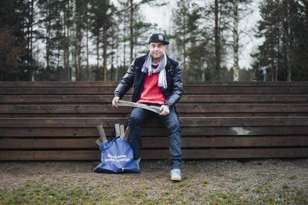Tero Hagman toi palan Olympiastadionia käymään Suolahden urheilukentän pääkatsomossa. Kuva Max Steffansson.