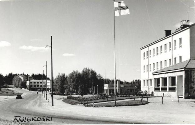 Albin Aaltosen kuva Kotakennääntieltä joskus 1950-60 -lukujen vaihteesta. Kortti on melko harvinainen eikä Aaltonen usein kirjoittanut käsin kuvatekstejä. Ei ole tavattu postitettuna. Automallit näyttävät yhä vanhoilta. Huoltoasema on kuitenkin jo käytössä. Matkahuolto ei koivikon takaa näy.