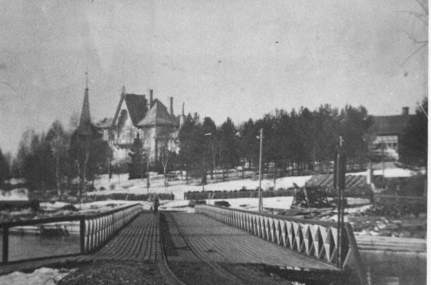 Punainen silta sai nimensä, koska se oli punaiseksi maalattu. Se oli erikoisesti vinottain kosken yli sahanrantaan tähdäten.  Sitä ei siis koskaan tarkoitettu hiskinmäkeläisten sillaksi vaan tavarasillaksi, josta kertovat kiskotkin. Kortti ilmeisesti 1920-luvulta ja erittäin harvinainen ellei ainutlaatuinen.