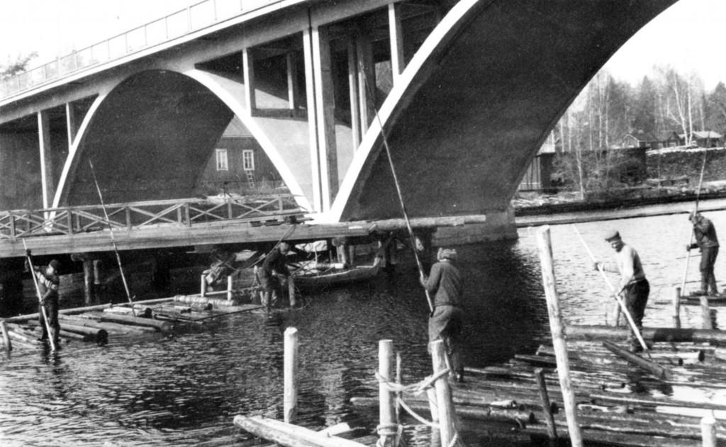 Koskesta nostettiin tukkilautoista uponneita tukkeja vielä 60-luvulla. Punainen silta oli jäänyt jo 1951 valmistuneen uuden sillan katveeseen ja purettiin 1967. Kuvat Kotiseutuyhdistyksen arkistosta.