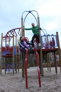 Elena ja Elina kannustavat lapsia liikkumaan.