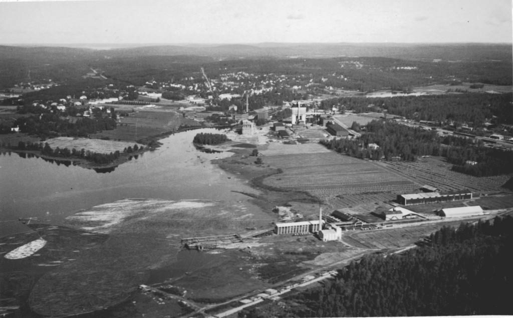 Uuden sahan (1929) alue näkyy mukavasti tässä ilmakuvassa. Sen sijaan Sahanmäen työväenasunnot jäävät oikeaan alanurkkaan piiloon.  Vaikka samaan kuvaan melkein mahtuvatkin, niin sahalaisten elämässä omalta mäeltä oli pitkä matka Äänekoskelle.