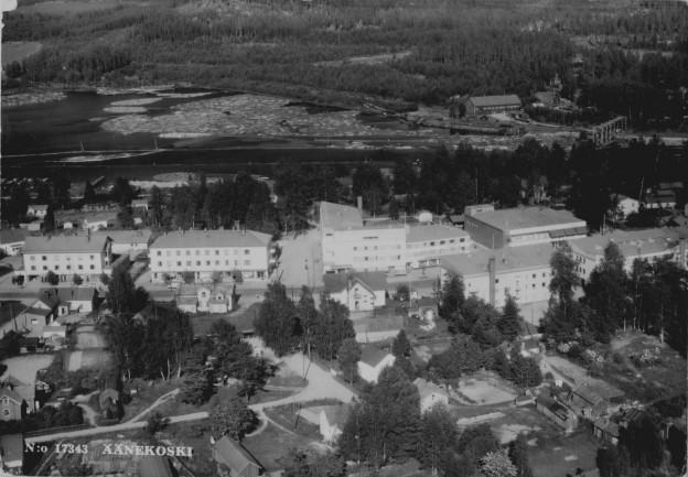 Äänekosken keskusta vuodelta 1964 on Karhumäen kortti no 17343. Siistosen leipomo, Ahosen kauppa, Eiramo ja uudet kerrostalot vievät  Kauppakatua alaspäin. Jalkakäytäviä ei näy, mutta polkuja kyllä vielä riittää missä puutalot ovat voitolla. Uusi osuuskaupparakennus on jo vakiinnuttanut paikkansa Säästöpankin vieressä. Laivaranta sen sijaan on vielä koskematon – koskenniskan männiköissä on vielä vanhaa mökkiasumista eikä Väinämönkadun kerrostaloista ole tietoa.  Äänejärven saha vetää tukkeja  edelleen.  Samoin rantarata lotjittain halkoja.  Äänemäen jyrkällä rinteellä on vain pieniä taimia.