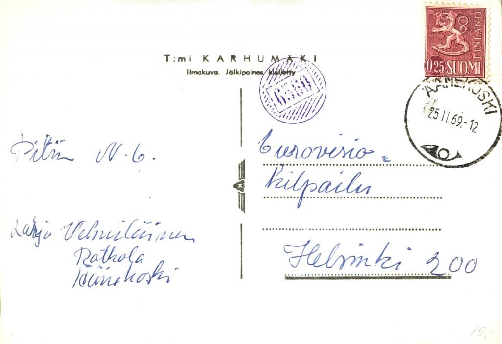 Karhumäen kortti oli postissa vasta 1969, jolloin postia kuljettanut posteljooni (tunnistaako kukaan itsensä?) löi korttiin numeroleimasimellaan 6560 –leiman. Sitten pääpostilla leivottiin mukaan päivämäärä- ja postitoimipaikanleima. Pitkän matkan maalaiskirjeenkantajat yleensä pitivät leimasinta ja mustetyynylootaa postilaukussaan ja täräyttivät sen heti matkalla lähetyksen saadessaan. Lyhyemmillä reiteillä tuotiin yleensä laukku postille, jossa sitten kaikkiin lähteviin kortteihin ja kirjeisiin tällättiin kätevästi pöydän päällä numeroleima. Sitten olikin lyhyt matka laittaa ne seuraavaan leimaukseen.