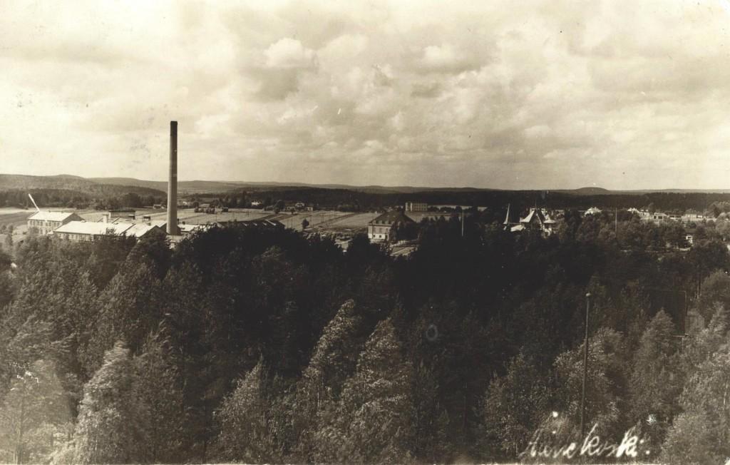 Näkymät Palokunnan talon katolta tai parvekkeelta olivat reilussa kahdessakymmenessä vuodessa (vrt Ramin kortit 35) hyvin metsittyneet eikä Hiskinmäen talotkaan enää näy. Sensijaan 20-luvun merkkirakennukset, tehtaan konttori (1922) ja sairaala (1926-7) näkyvät samalla linjalla, sekä pienempänä Otto Ahosen kauppa. Vähän vasemmalla on mahtava Eerolan maatalo. Tehdas kuitenkin hallitsee maisemaa, samoin kuin tehtaanjohtajan vanha asuinrakennus (nyk. Taidemuseo). Kuvaaja tälle harvinaiselle 1929 lähetetylle kuvakortille lienee Ritanen?