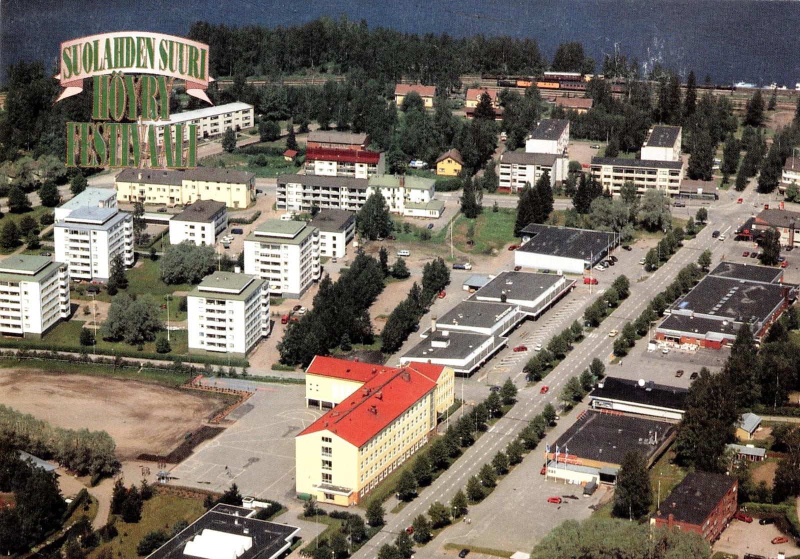 Keskustan kerrostaloalue pystytettiin 1968-1977. Hopeapajunkadun kerrostalo suunniteltiin jo 1966. Vuosien myötä ovat puut kasvaneet ja 90-luvun puolivälissä maisemat maankamaralla olivat jo kovasti vihertyneet.