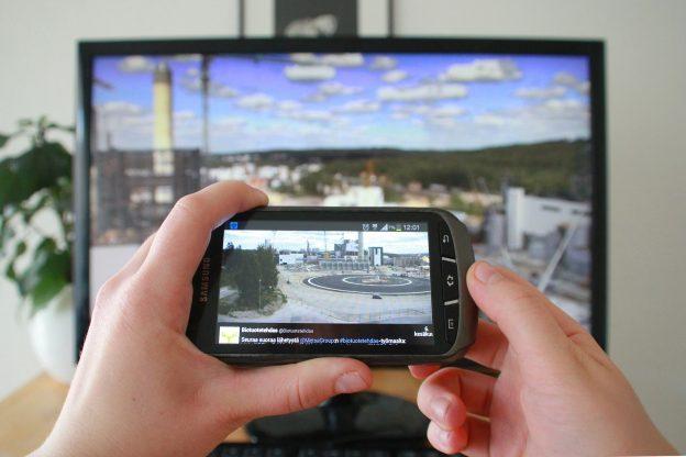 Biotuotetehtaan rakentamista voi seurata muun muassa Twitterissä (etualalla) ja hyvää palautetta keräävistä työmaan web-kameroista (taustalla).