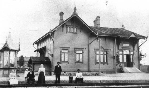 Suolahden asema oli alunperin tällainen tynkä. Edustalla huolettoma sti paitasillaan  istuskelee ilmeisesti itse asemapäällikkö Rudolf Ahonius Rainer-poikansa ka nssa.