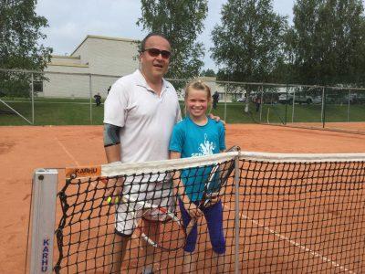 Variston Tenniksen Matti Vehmas ja Emma Kuusisto Jyväskylän Tennisseurasta pelasivat lauantaina komeassa säässä. Kentän puoliskoilla oli reilun 40 vuoden ikäero. Kuva: ÄTS.