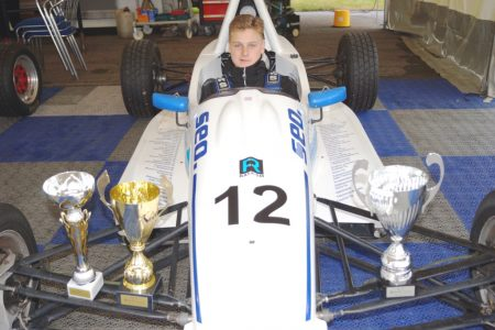 Elias Niskanen on Formula Ford -sarjan ykköstykki. Koskikeskuksessa voi käydä tapaamassa miestä ja ihailemassa vauhdikasta menopeliä.