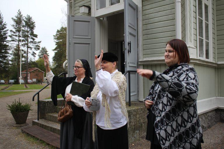 Kömin piika Miina eli Päivi Leppänen johdatti ryhmää pisteeltä toiselle. Ruustinna Bergroth (Vuojus) sekä postineiti Ovaska alias Tuulimaria Saarinen kiittelivät osallistumisesta.