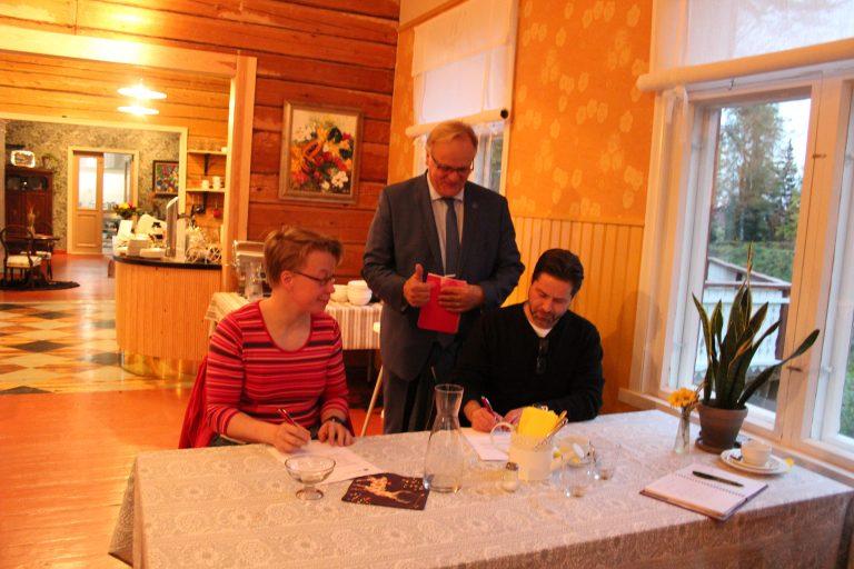 Lauri Ihalainen tsemppasi Mari Paanansta sekä Jarkko Kemiläistä heidän allekirjottaessaan ehdokassopimukset.