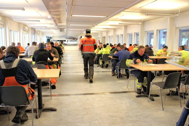 Biotuotetehdastyömaan lounasravintola on rakennettu lähes 50 kontista. Lounasruuhka alkaa kello 11, silloin jono ulottuu ulos asti.