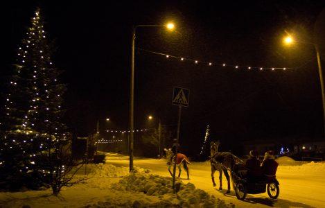 Joulupukki saapui paikalle ihastuttavien hevosten johdolla. Pitkin juuri valot saanutta joulukatua tietenkin.