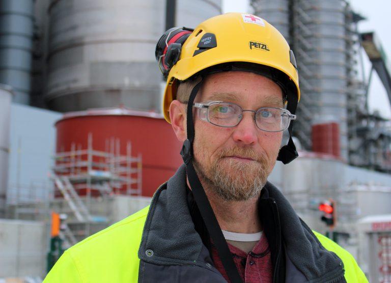 Jättityömaan pääluottamusmies Ari Harlamow puhuu suomen lisäksi sujuvaa englantia ja saksaa. Kuva: Metsä Group