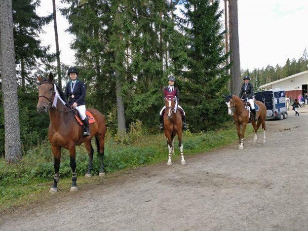 Ohessa kuva Äseran SM-pronssijoukkueesta. Ensimmäisenä Emmi Hallikainen, keskellä Pinja Laine ja takana Minna Hannula. Kuvaaja Iina Mustonen. Onnea koko joukkueella ja uljaille ratsuille!