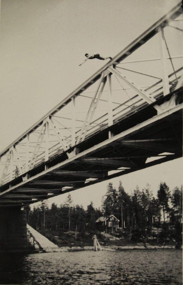 Vuonna 1941 otetussa kuvassa hypätään ilmeisesti Kotakennään sillalta Kuhnamoon. Lähde: Museovirasto / Martti Mäkinen