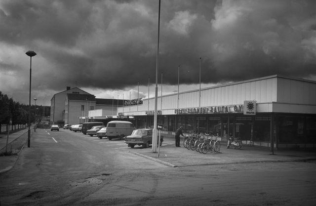 Keski-Suomen Rauta etualalla tässä 50-luvulla Suolahden ostoskeskuksesta otetussa kuvassa. Kuva: Matti Poutvaara / Museovirasto