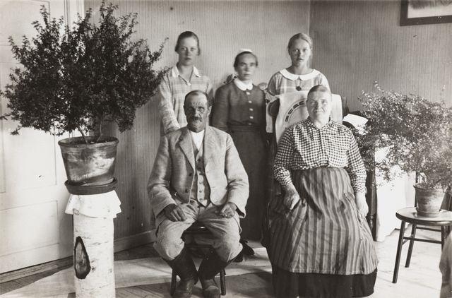 Konginkankaan kirkonisäntä Vilén perheineen kuvattuna Kajamassa vuonna 1926. Kuva: Albert Hämäläinen / Museovirasto.