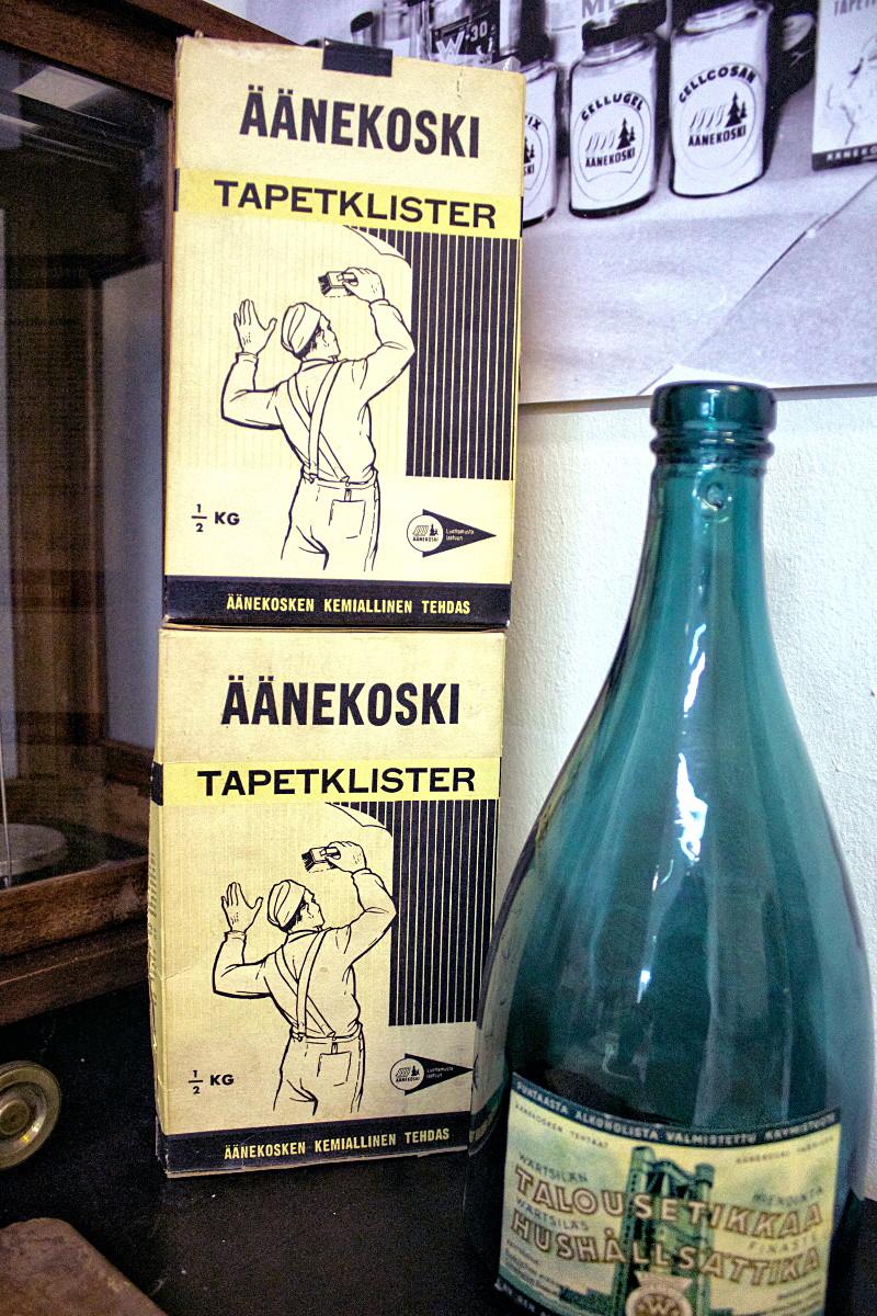 Kemiallisessa tehtaassa tehtiin liisteriä ja etikkahappoa sekä talouksille että teollisuuteen. Kuva Äänekosken tehdasmuseon kokoelmista.