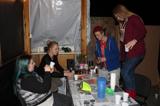 Kotibileissä arvokortteja vaihdettiin pariin siideriin ja tarjolla oli myös kannabista. Yllytettiiin pelaajia ottamaan kuvia sammuneesta henkilöstä ja jakamaan someen. Kuvassa Laura Vihanti, Marika Karttunen, Teemu Maukonen ja Oona Salpakoski.