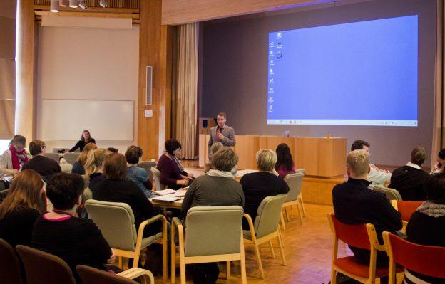 Lapsiasiavaltuutettu Tuomas Kurttila puhui lähes täydelle valtuustosalille somesta.