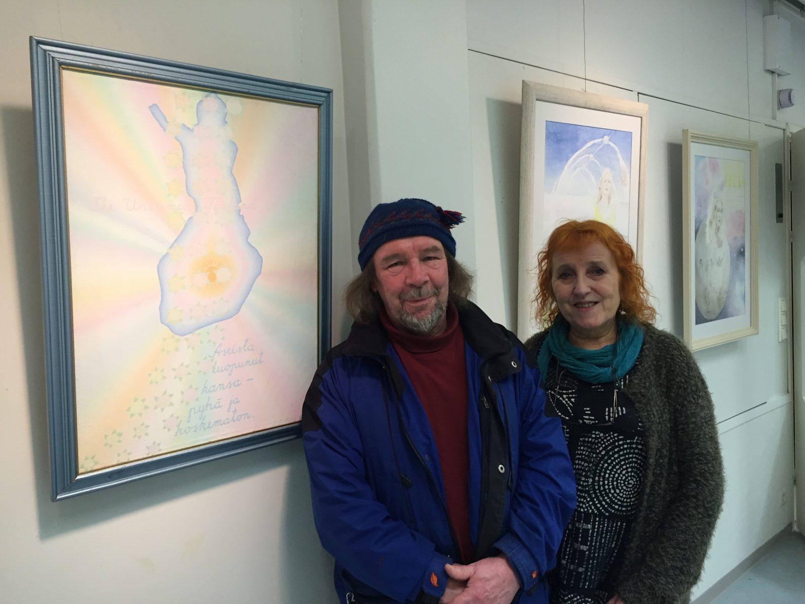 Pekka ja Heli Peltola palasivat liki kolmen vuosikymmenen jälkeen Äänekoskelle Hoikkassaliin, Aseeton Suomi –näyttelyn merkeissä. Kuvassa myös Käpykolon seinällä ollut Pekka Peltolan vuonna 1979 maalaama teos