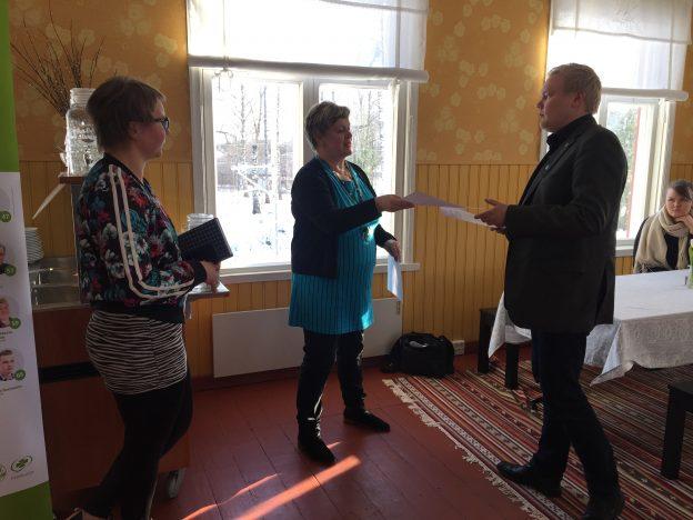 Aino Piilonen ja Leila Lindell luovuttivat kannanoton Keskustan varapuheenjohtaja Antti Kurviselle.