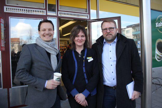 R-kioskin toimitusjohtja Teemu Rissanen, Äänekosken R-kioski -kauppias Miia Piitulainen ja aluepäällikkö Toivo Savolainen.