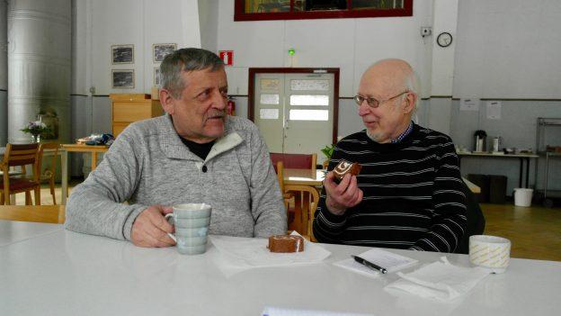Muurari Erkki Johannes Lehtinen (vas)  ja koneistaja  Erkki Johannes Lehtinen pohtivat poliittista menoa.