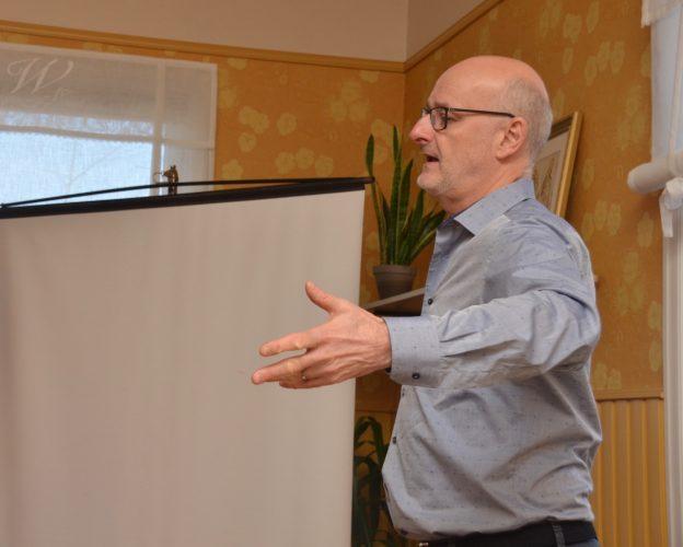 Henrik Dettmann puhui keskiviikkoaamuna yrityspäättäjille Huiman järjestämässä aamiaistilaisuudessa.