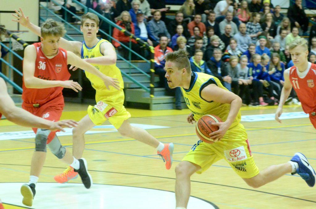 Lauantaina pitäisi voittaa. Ja sunnuntaina. Tämä on myös Otto Jämsenin (pallon kanssa) ja Joni Pohjosen mielessä.