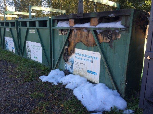 Tältä näytti Liikuntapuiston paperinkeräysastia ilkivallan jälkeen viime syyskuussa.