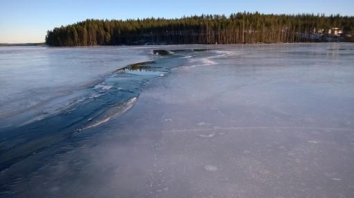 Jää on nyt heikoilla. Kuvan mukainen railo ilmestyi Äänekosken satamaan maaliskuussa 2015.