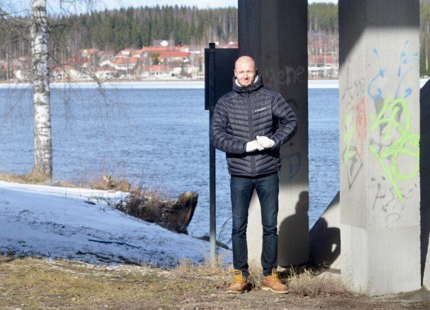"""Aurajoen rannat tulivat turkulaiselle Juha Stenille lapsena tutuiksi. Nyt hän voi hakea tunnelmaa """"täl pual koskke"""" eli Äänekosken rannalta."""