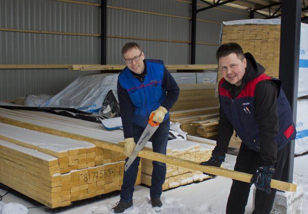 Laitetaanko tästä poikki? Jarmo Junkkari ja Tommi Tikkanen pätkäisevät puutavaran poikki juuri siitä mistä asiakas haluaa.