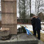 Matti Tiusanen ja Hannu Lehmonen laskivat seppeleen Suolahden sankarihaudalle.